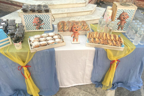 Candybar με προφιτερόλ, donuts με άχνη, burgers και hot dog