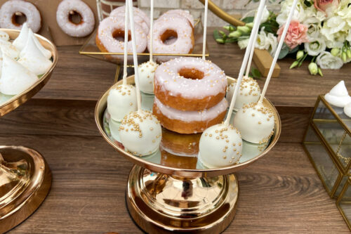 Popcakes με χρυσές λεπτομέρειες και donuts με ροζ γλάσο
