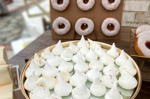 Μαρέγκες και τοίχος από donuts