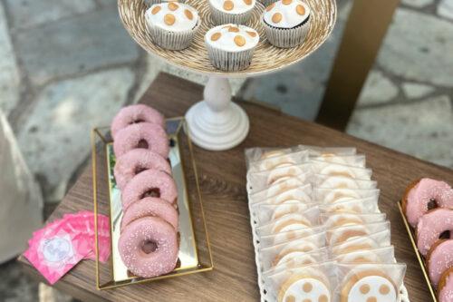 Cupcakes, donuts και μπισκότα με χρυσές λεπτομέρειες